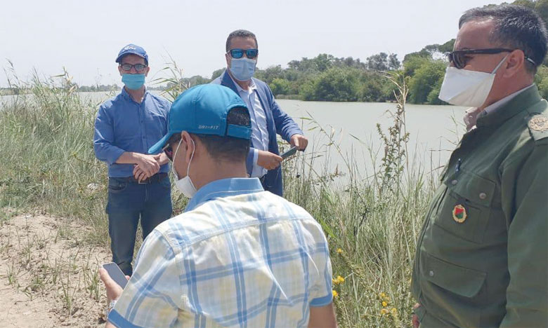 Les représentants des parties prenantes au projet en visite de terrain au site où sera développée la corniche éco-urbaine.
