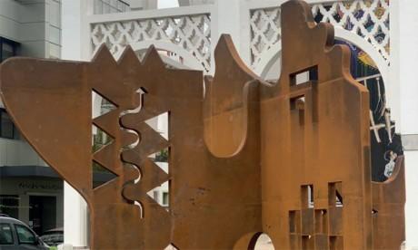 Installation d'une sculpture de Farid Belkahia
