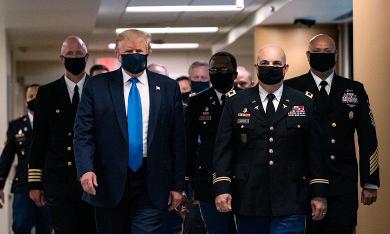 A l'hôpital Walter Reed, près de Washington, le masque qu'arborait Donald Trump était bleu nuit, gravé sur l'un de ses coins le blason doré de la présidence américaine. Ph :  AFP