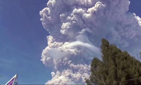 Indonésie : Le volcan Sinabung entre en éruption