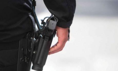 Salé : Un policier contraint de dégainer son arme de service