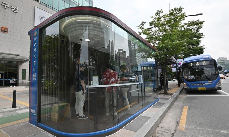 Dix arrêts de bus haute-technologie ont été installés, afin de protéger les passagers de la pluie, de la chaleur estivale mais également du virus. Ph :  AFP