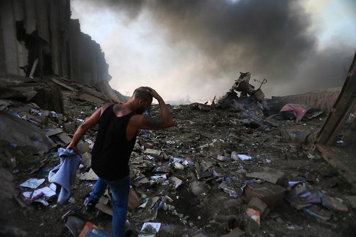 Dans les rues de Beyrouth, des soldats ont évacué des habitants abasourdis, certains couverts de sang, leur T-shirt autour du crâne pour panser leurs blessures. Ph. AFP