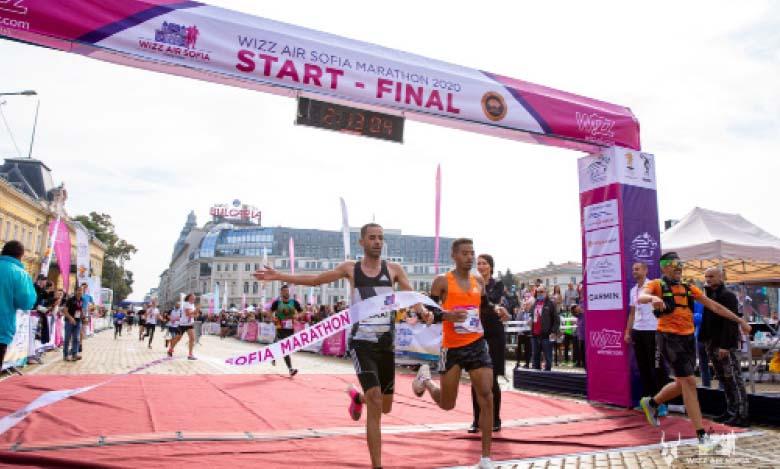 Youssef  Sebaii (à gauche) et son compatriote Redouane Nouini au moment de franchir la ligne d'arrivée du Marathon de Sofia.