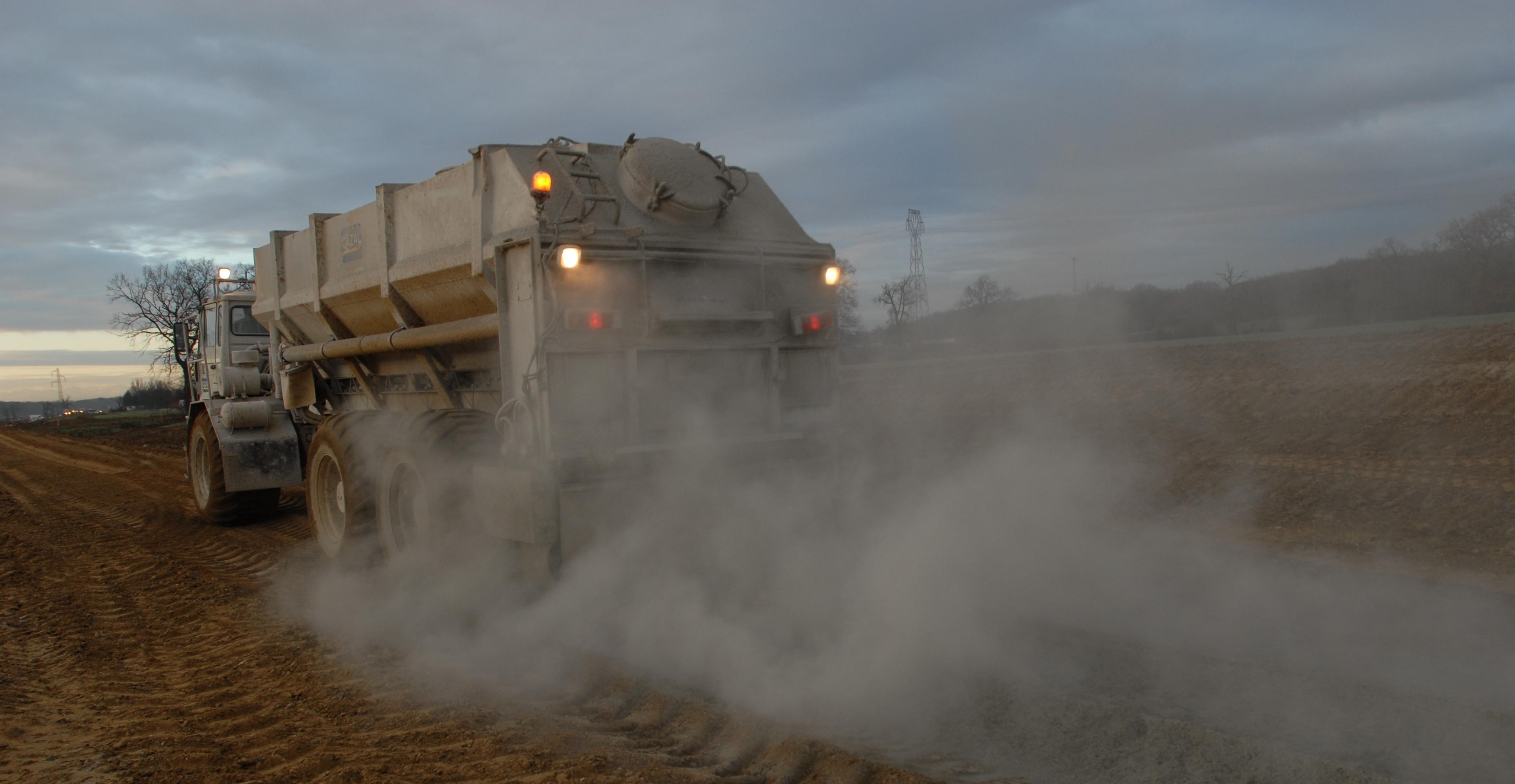 le LHR permet la réalisation de routes durables avec des coûts et délais réduits en utilisant des matériaux locaux. Ph : DR