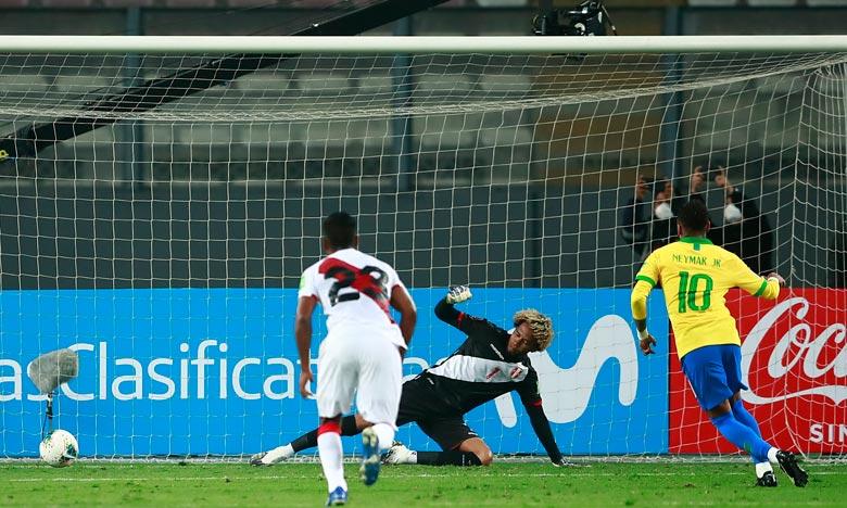 L'attaquant du Paris SG, Neymar a signé un triplé à Lima pour donner la victoire  à un Brésil laborieux et mené deux fois au score face au Pérou. Ph :  AFP