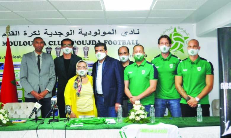 Abdeslam Ouaddou (à gauche), en compagnie du président du MCO, Mohamed Houar (milieu) et des membres du staff technique.