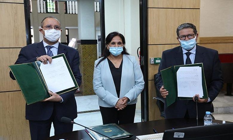 Le document d'actualisation a été signé par le président de la Commission régionale des droits de l'homme de Marrakech-Safi, Mohamed Mustapha Laarissa, et le président de l'UCA, Moulay El Hassan Ahbid, en présence de la présidente du CNDH, Amina Bouayach. Ph : MAP
