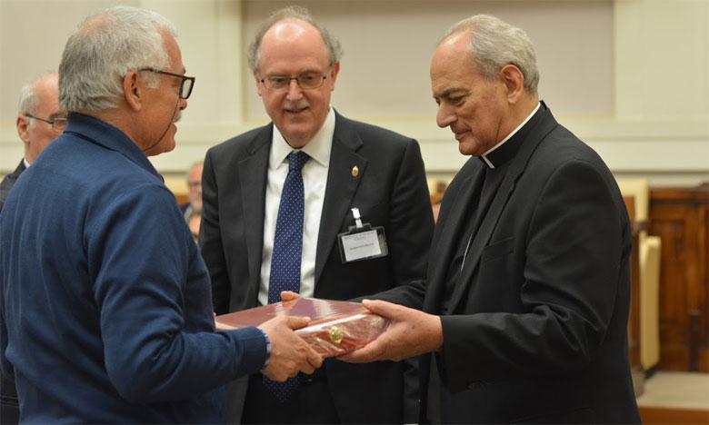 Abdessamad Senhaji Rhazi remettant une copie de son ouvrage au president de l'Académie pontificale lors d'un colloque international, en  présence d'une cinquantaine de scientifiques et de chercheurs du monde entier.