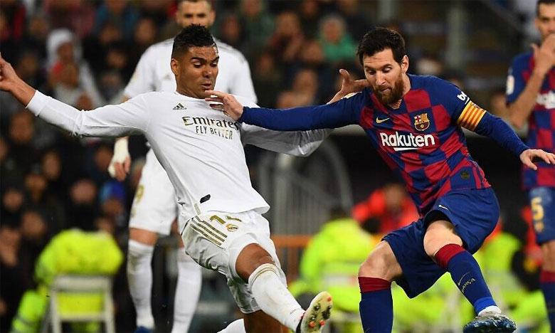 Le milieu défensif du Real Madrid Casemiro (en blanc) aura fort à faire pour surveiller Lionel Messi.