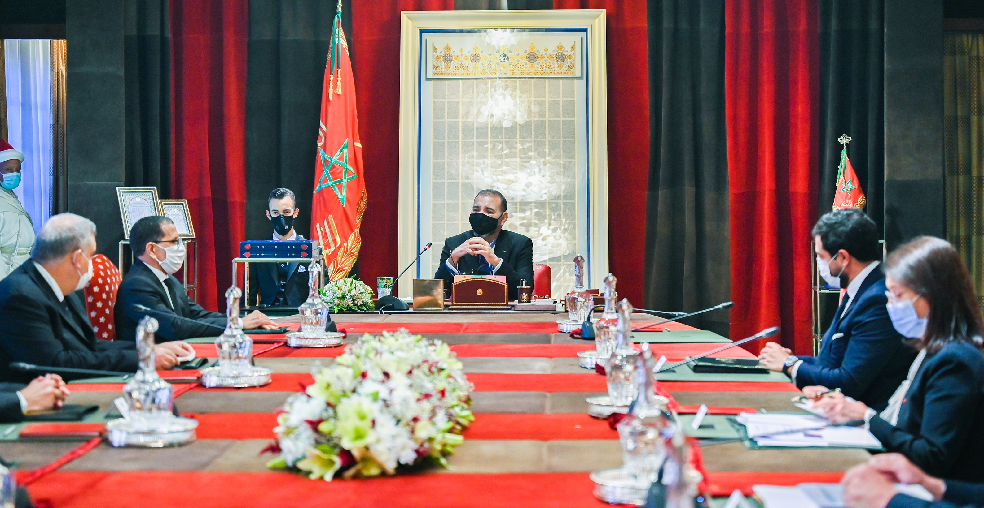 Sa Majesté le Roi, accompagné de S.A.R. le Prince Héritier Moulay El Hassan, préside une séance de travail dédiée à la stratégie des énergies renouvelables