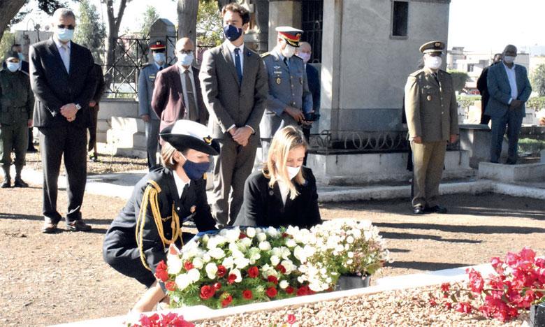 Sandrine Lelong-Motta, consule générale de France au Maroc, déposant une gerbe de fleurs en hommage aux soldats tombés au champ d'honneur.