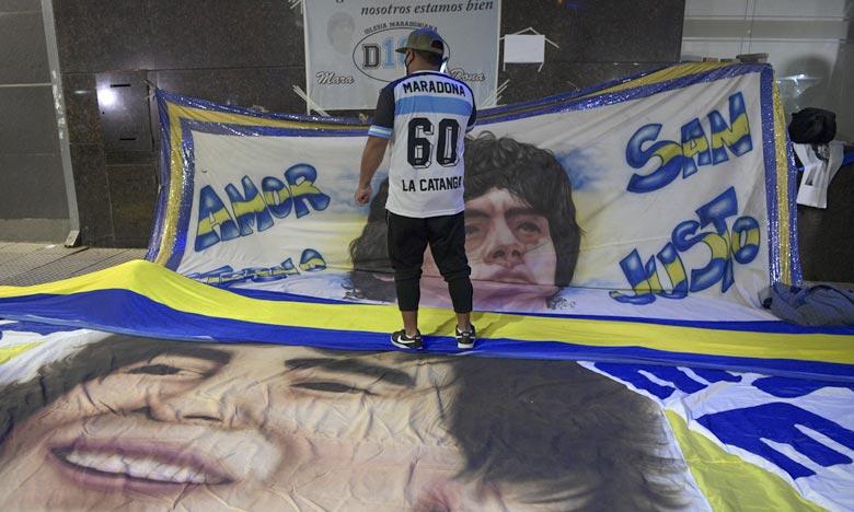 Le corbillard transportant le cercueil recouvert du drapeau argentin avait quitté le palais présidentiel, salué par des milliers de personnes le long des routes. Ph : AFP