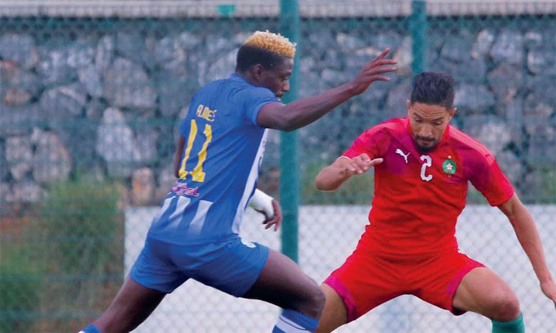 Phase de jeu du match de l'équipe nationale des locaux contre l'IRT, sous le regard du sélectionneur national A, Vahid Halilhodzic qui a suivi une partie de la rencontre.