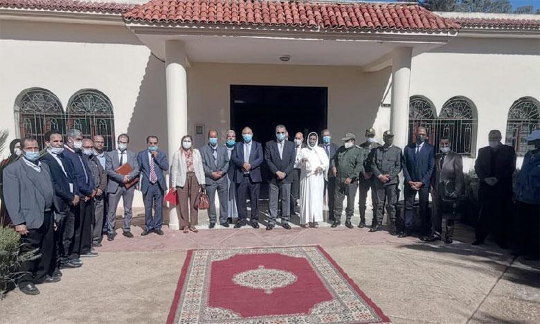 La cérémonie de signature a été présidée par Fouad Mhamdi, gouverneur de la province, en présence de Nahid Hamtami, directrice de l'Agence urbaine, et du Dr. Fatna Lkhyel, présidente de la commune urbaine d'Arbaoua.