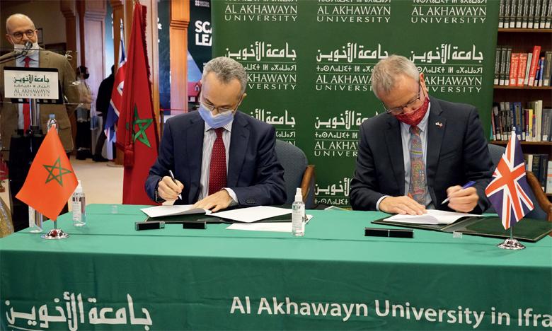 Amine Bensaïd, président de l'Université Al Akhawayn, et Tony Reilly, directeur du British Council au Maroc.