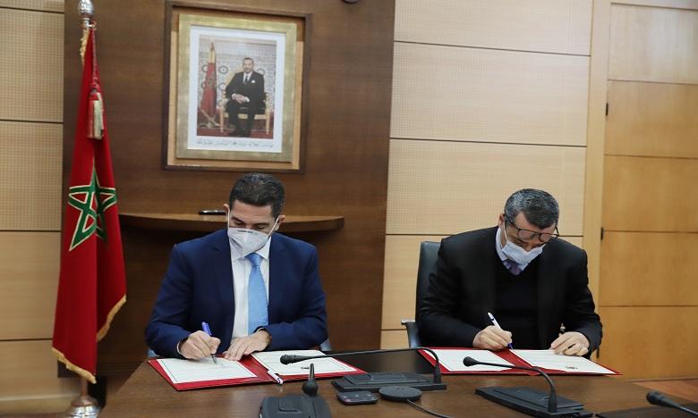 La convention a été signée par le ministre de l'Éducation nationale, Saaid Amzazi, et le directeur général des Autoroutes du Maroc, Anouar Benazzouz. Ph. MAP