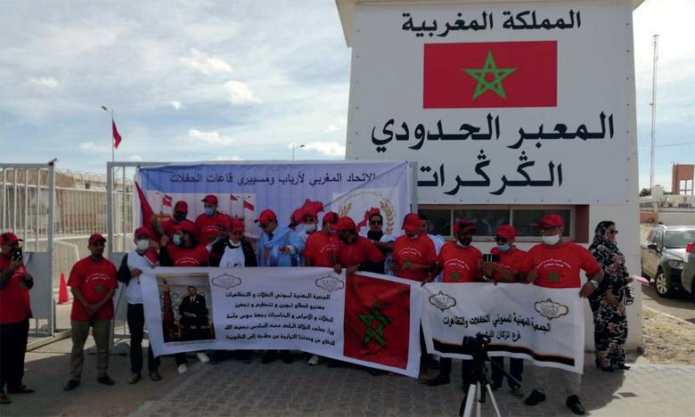 Les membres de l'Union marocaine des propriétaires et gérants des salles de fêtes et de la Fédération marocaine des traiteurs lors de leur visite au poste-frontière de Guergarate.
