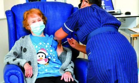 Vaccination lancée au Royaume-Uni, reconfinement en Californie