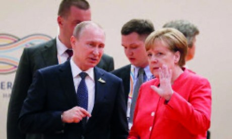 Poutine et Merkel discutent d'une possible  «production conjointe de vaccins»