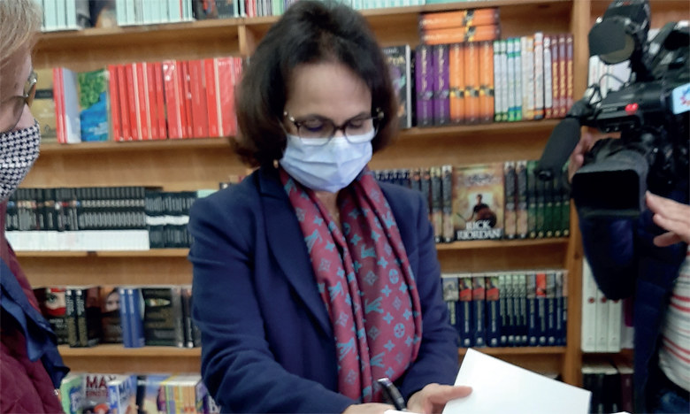 Nadia Chraïbi signant son livre à Rabat.