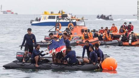 Crash d'avion en Indonésie : 268 plongeurs poursuivent les recherches de la deuxième boîte noire