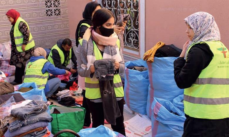 L'opération de tri et de préparation des vêtements est assurée par les jeunes membres de l'association «Jeunesse du futur».