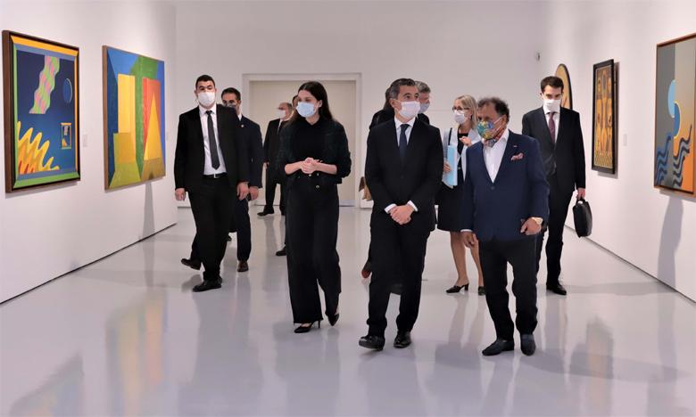 15 octobre 2020 :Le ministre de l'Intérieur français, Gérald Darmanin, et le président de la Fondation nationale des musées, Mehdi Qotbi, discutant d'une œuvre d'art.