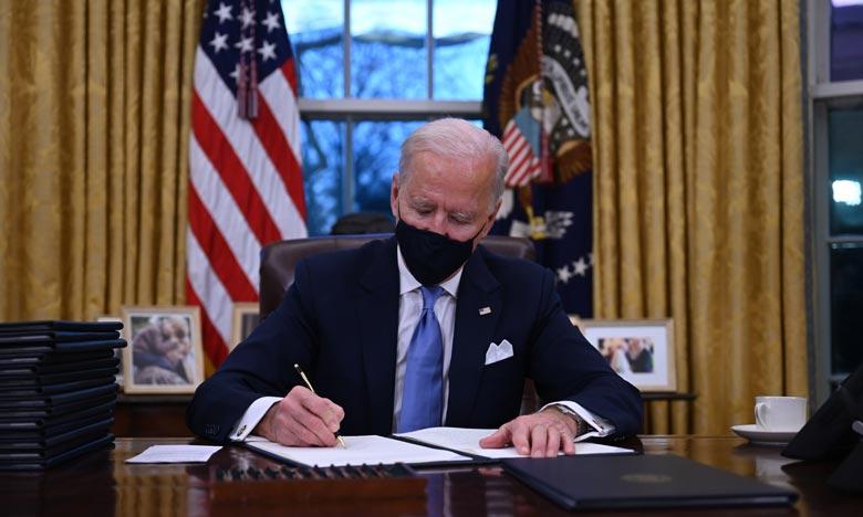 Le président américain, Joe Biden, signe, après sa prise de fonction, une série de décrets dont l'un portant sur le retour des Etats-Unis dans l'accord de Paris sur le climat , à la Maison-Blanche. Ph :  AFP