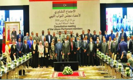 Le ministre des Affaires étrangères, de la coopération africaine et des Marocains résidant à l'étranger, Nasser Bourita (au centre), posant pour une photo-souvenir avec les députés présents à la réunion consultative de la Chambre des représentants libyenne.