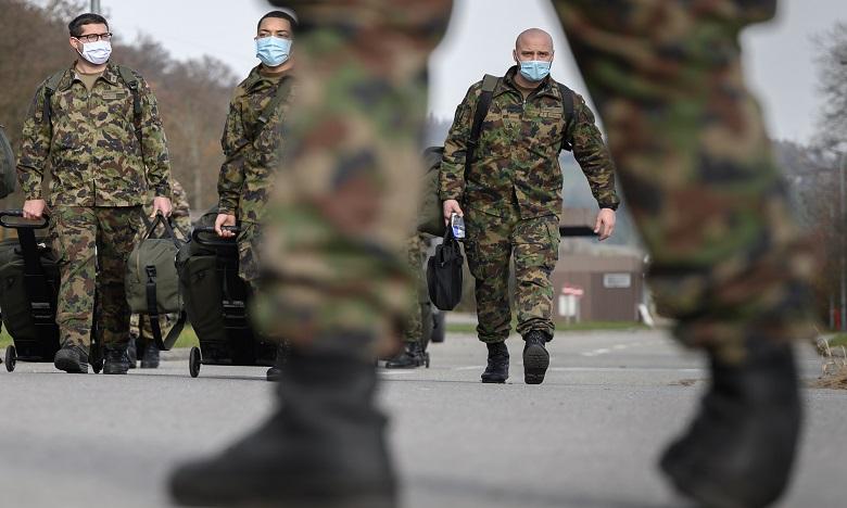 Face à la pandémie, la Suisse invente le service militaire à domicile