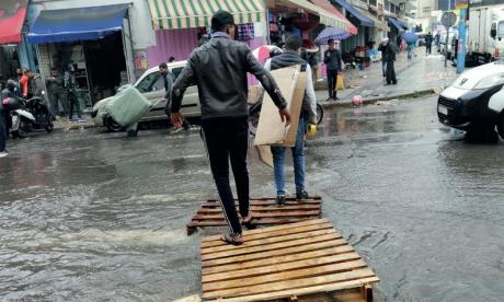 Casablanca: Le wali visite des zones impactées par les pluies torrentielles et des familles sinistrées