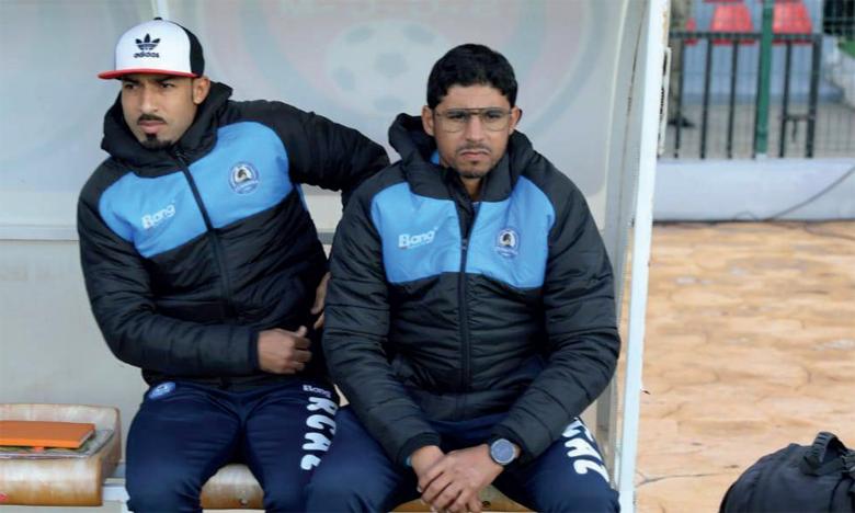 Mohamed Alaoui Ismaïli (à droite) et son assistant Othmane El Assas lors d'une rencontre de la RCAZ en Botola.