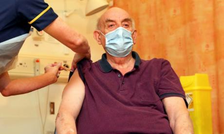 Le vaccin AstraZeneca/Oxford, un «tournant» pour le Royaume-Uni, à la peine face au variant