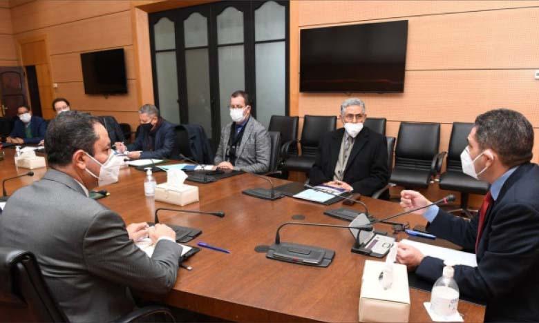 La réunion mercredi en présence du ministre de l'Éducation nationale, Saaïd Amzazi, et du recteur de l'Ircam, Ahmed Boufous, a examiné la feuille de route visant la généralisation de l'enseignement de la langue amazighe.