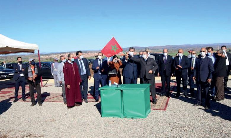 Le ministre de l'Agriculture, Aziz Akhannouch, et le gouverneur de la province de Khénifra, Mohamed Fettah, lors du lancement des projets.