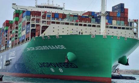 Véritable géant des mers, le CMA CGM Jacques Saadé mesure 400 mètres de long, 61 mètres de large  et 78 mètres de hauteur.