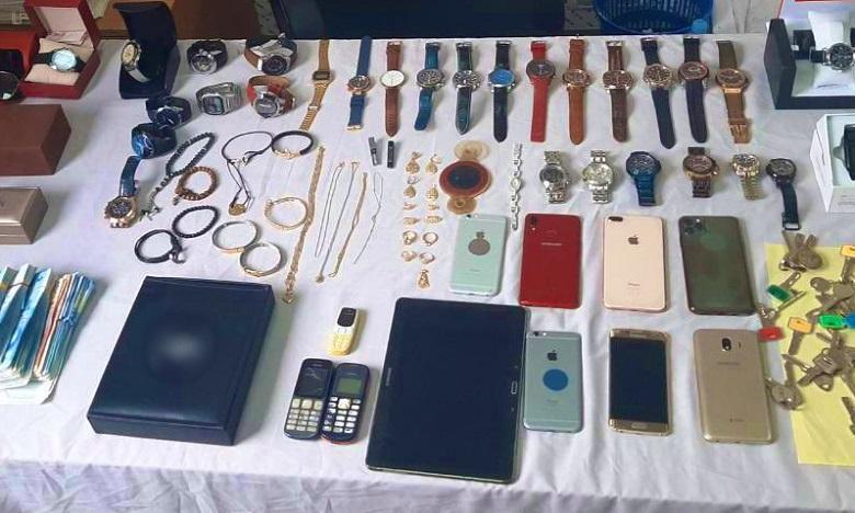 Les fouilles ont permis de saisir une grande quantité de bijoux, des téléphones, des caméras numériques et une somme d'argent dépassant 80.000 dirhams. Ph. DR