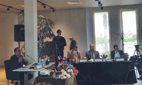 Mustapha Zahri, directeur général par intérim de la RAK, et des représentants de la Régie lors de la présentation  du plan stratégique 2021-2025.