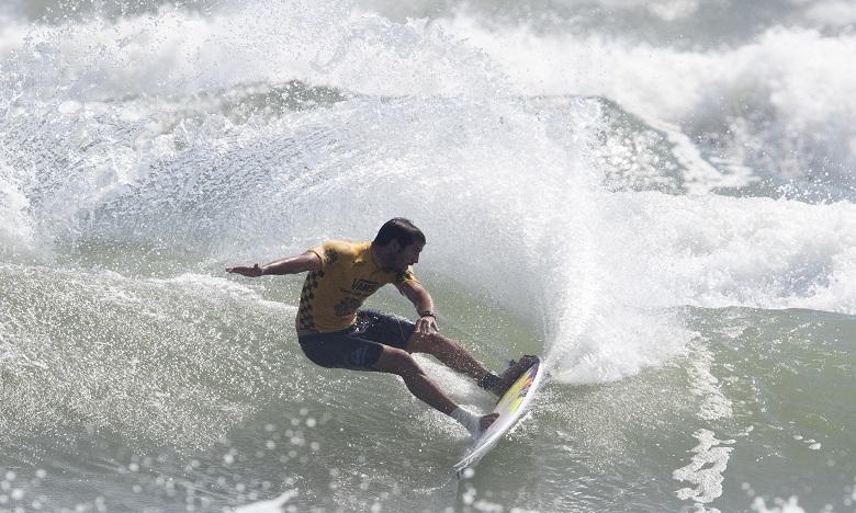 Aïn Atlas renouvelle son partenariat avec le surfeur Ramzi Boukhiam