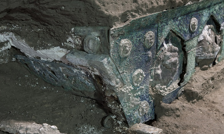 Il s'agit d'un grand char de cérémonie à quatre roues, avec ses éléments en fer, de belles décorations en bronze et en étain, et des restes de bois minéralisés. Ph. AFP