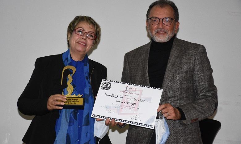 Aziza Hallak recevant le prix des mains de l'ancien ministre de la Culture Amine Sbihi