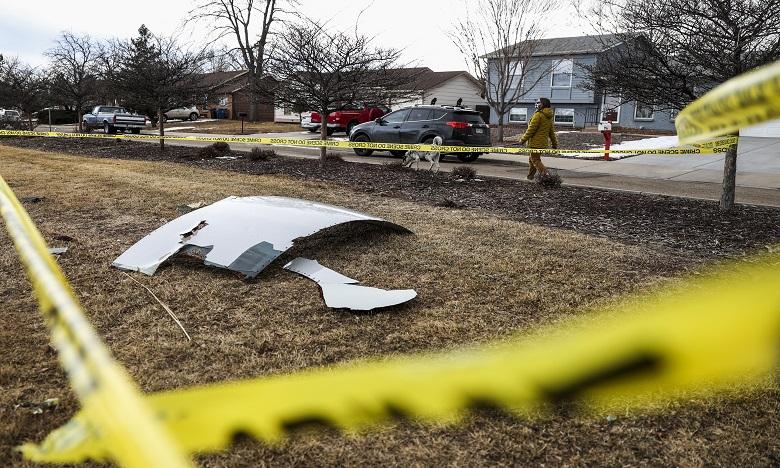 Une panne du réacteur droit du Boeing 777 a provoqué un spectaculaire incendie et un pluie d'imposants débris au sol. Ph. AFP