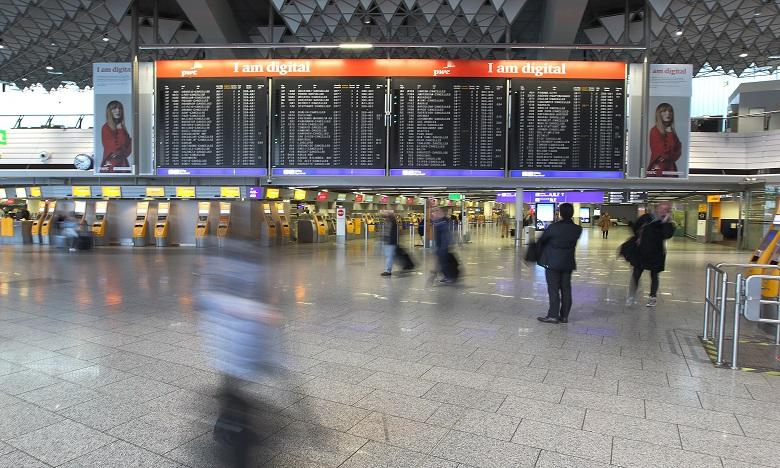 """Transport aérien: les perspectives de reprise en 2021 """"assombries"""" par les variants"""