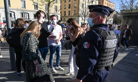 Covid-19/3e vague: La France durcit les restrictions et ferme les écoles