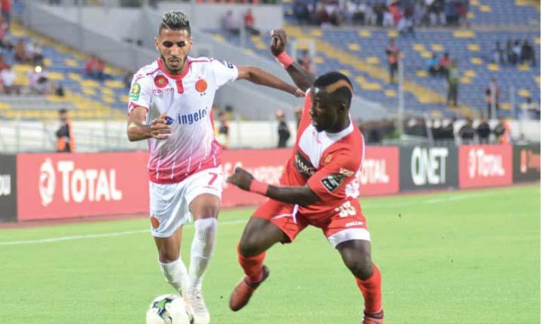 Mohamed Ounajem, l'un des atouts offensifs du WAC, débordant un défenseur de Horoya.