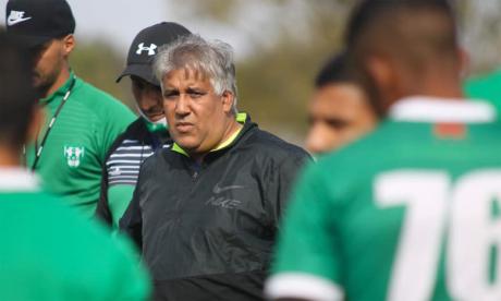 Samir Yaich au milieu des joueurs du KAC lors d'une séance d'entraînement.