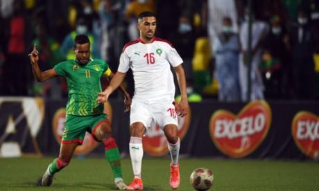 Ayman Barkouk à la lutte avec un défenseur de la Mauritanie.