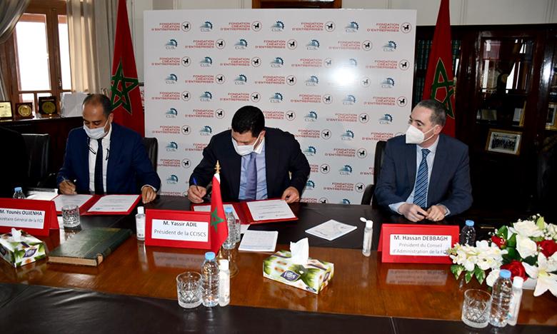 L'accord a été signé par le président de la CCIS-CS, Yasser Adil, et le président du Conseil d'administration de la Fondation d'entreprises de la Banque Populaire , Hassan Dabbagh. Phs : Sradni
