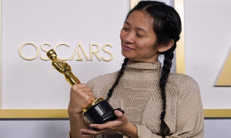 Chloé Zhao devient la première cinéaste non blanche à remporter le prix du meilleur réalisateur. Ph. AFP
